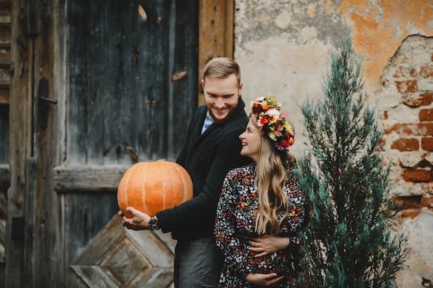Portrait de famille, couple expirant. homme embrasse tendre femme enceinte Photo gratuit
