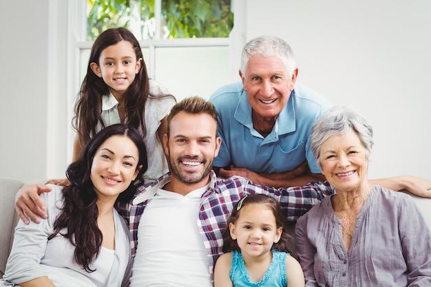 Portrait de famille heureuse avec les grands-parents Photo Premium