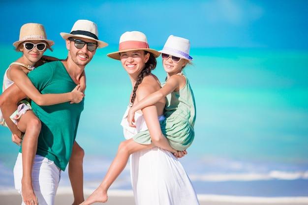 Portrait de famille heureuse sur la plage Photo Premium