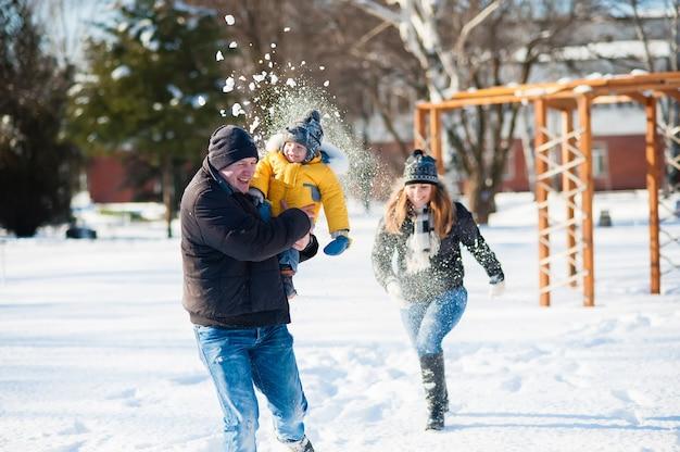 Portrait de famille heureuse à winter park Photo Premium