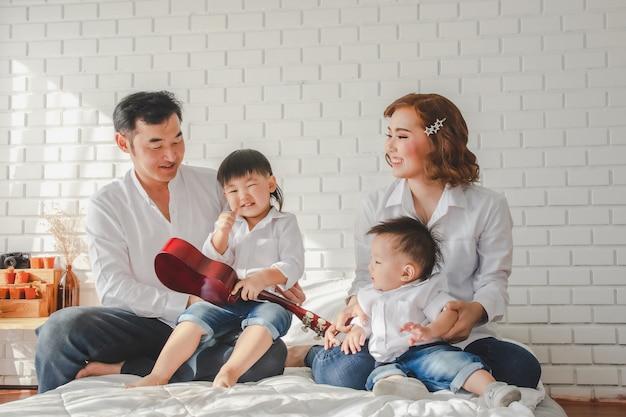 Portrait, Famille, Mère, Amusement, Père, Heureux, Enfant, Jeune, Homme, Joie, Femme, Fille, Photo Premium