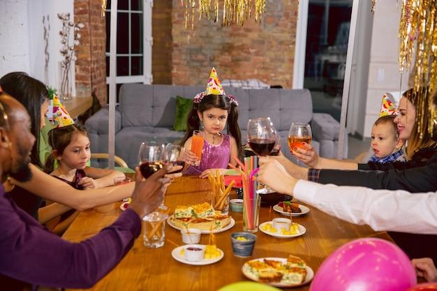 Portrait De Famille Multiethnique Heureuse Célébrant Un Anniversaire à La Maison Photo gratuit