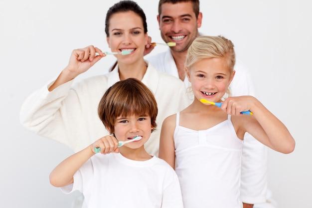 Portrait, de, famille, nettoyage, dents, dans, salle bains Photo Premium
