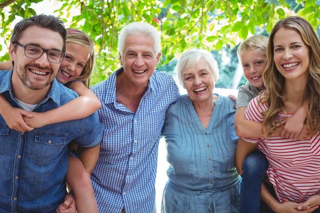Portrait De Famille Souriante Avec Les Grands-parents Photo Premium