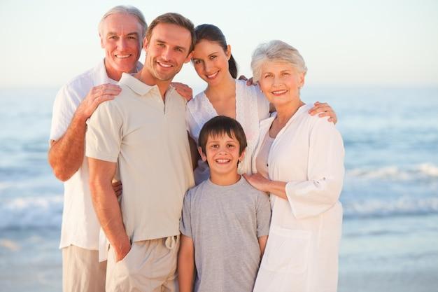 Portrait d'une famille souriante à la plage Photo Premium
