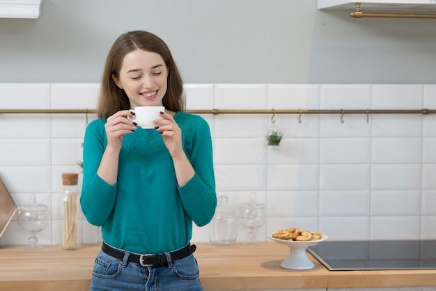 Portrait De Femme Adulte Bénéficiant D'une Tasse De Café Photo gratuit