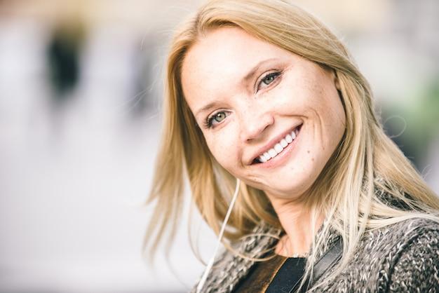 Portrait De Femme Adulte Blonde Photo Premium