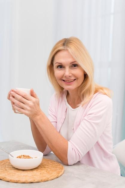 Portrait De Femme Adulte Heureuse Tenant Une Tasse Photo gratuit
