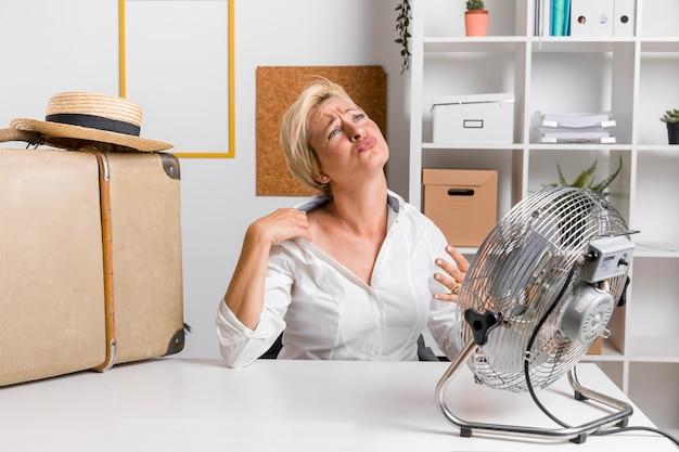 Portrait de femme d'affaires d'âge moyen au bureau Photo gratuit