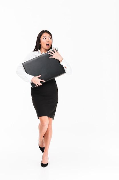 Portrait D'une Femme D'affaires Asiatique étonnée Photo gratuit