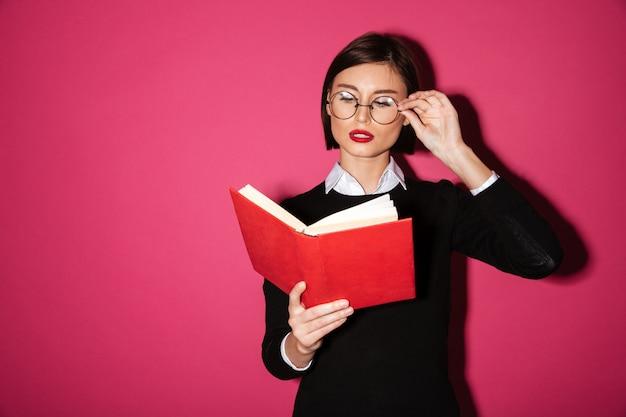 Portrait D'une Femme D'affaires Attrayante Intelligente Lisant Un Livre Photo gratuit