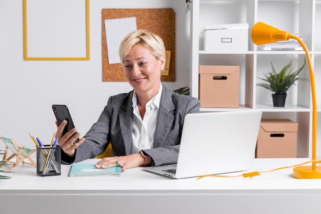 Portrait de femme d'affaires au bureau Photo gratuit