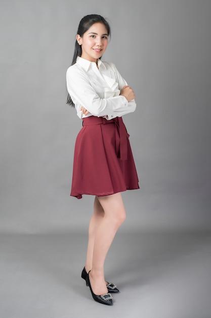 Portrait de femme d'affaires belle sur fond gris, studio tourné Photo Premium