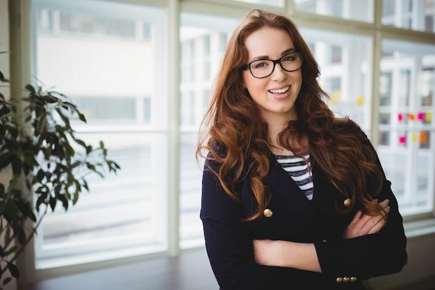 Portrait, Femme Affaires, Bras, Traversé, Créatif, Bureau Photo Premium