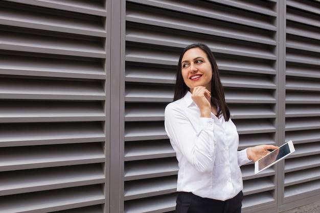 Portrait de femme d'affaires dragueur avec tablette pc à la recherche de suite Photo gratuit