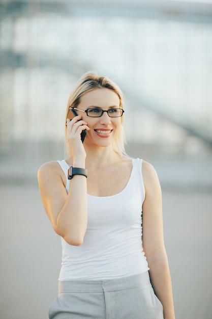 Portrait De Femme D'affaires élégante Dans Des Verres Photo Premium