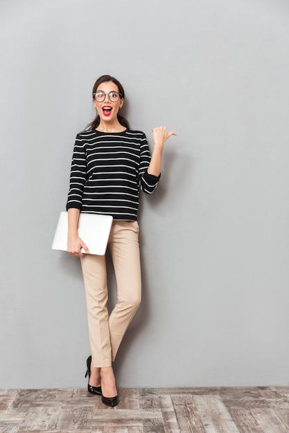 Portrait D'une Femme D'affaires Excitée Photo gratuit