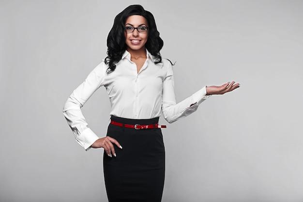 Portrait d'une femme d'affaires heureuse en studio Photo Premium