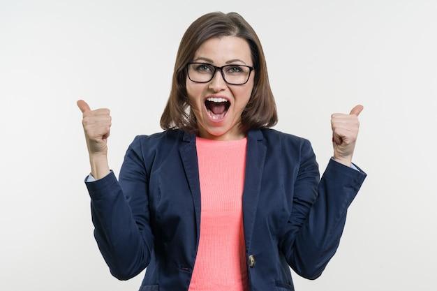 Portrait de femme d'affaires mature heureuse avec le pouce en l'air. Photo Premium