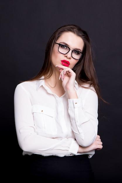 Portrait d'une femme d'affaires sexy sur un fond noir Photo Premium