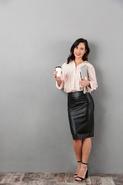 Portrait D'une Femme D'affaires Souriante Photo Premium