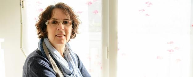 Portrait D'une Femme D'âge Moyen Dans Sa Maison Photo Premium