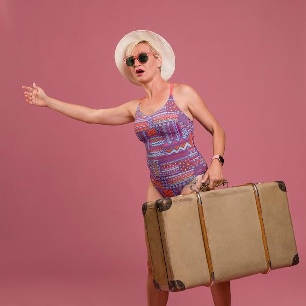Portrait d'une femme d'âge moyen va en vacances d'été Photo gratuit