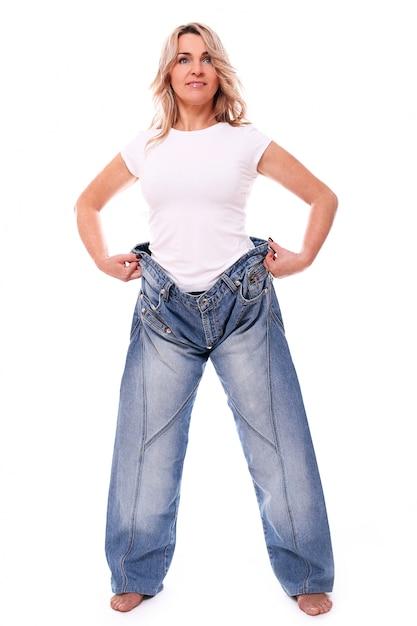 Portrait De Femme âgée Heureuse Portant De Gros Jeans Photo gratuit