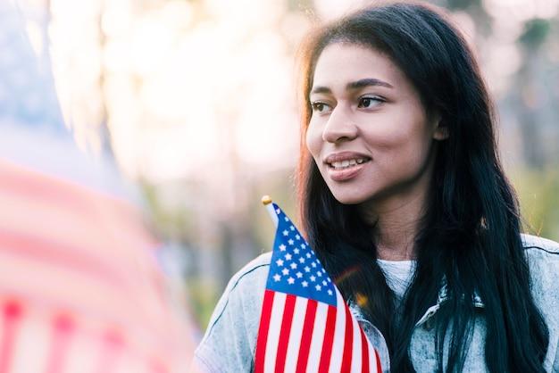 Portrait de femme américaine ethnique avec drapeau Photo gratuit