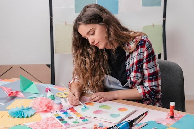 Portrait de femme artiste peignant sur du papier blanc Photo gratuit