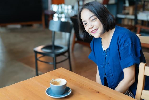 Portrait de femme asiatique heureuse avec des yeux de sourire Photo Premium