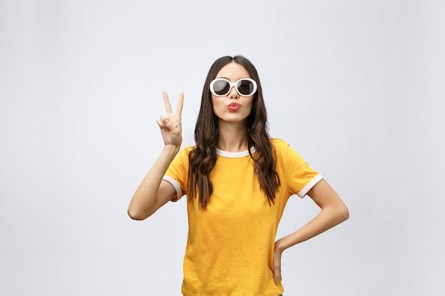 Portrait De Femme Asiatique Magnifique Regardant La Caméra Avec Le Sourire Et Montrant Le Signe De La Paix Photo Premium