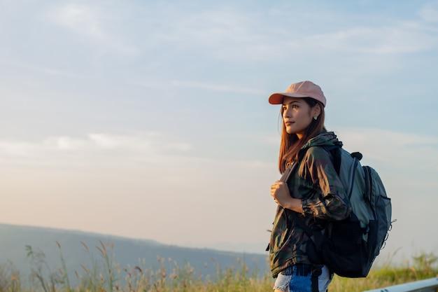 Portrait Femme Asiatique Randonnée. Elle Souriait Et était Heureuse De Voyager Au Lever Du Soleil Au Sommet De La Montagne Photo Premium
