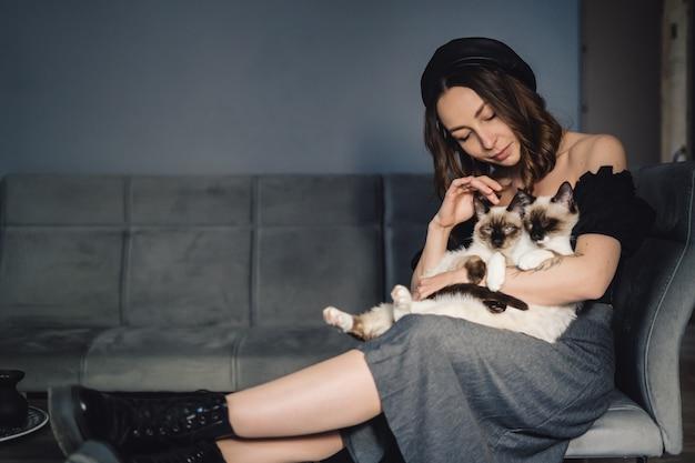 Portrait Femme Aux Chats Siamois Photo gratuit