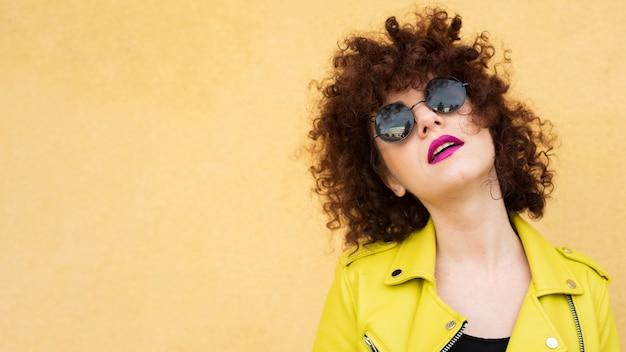 Portrait de femme aux cheveux bouclés Photo gratuit