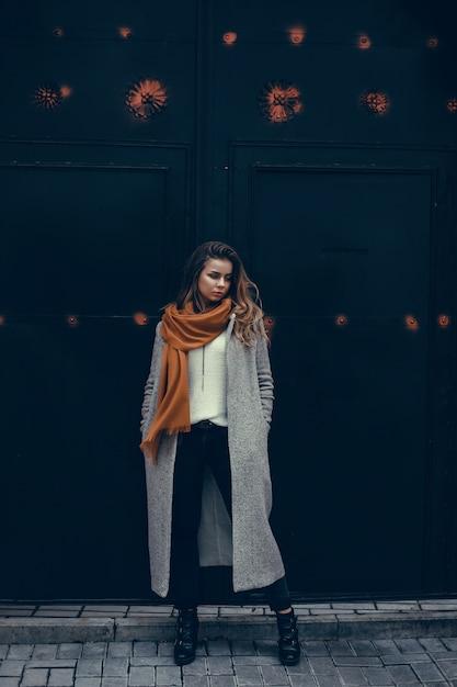 Portrait de femme beauté dans la rue, portrait en plein air, mannequin Photo gratuit