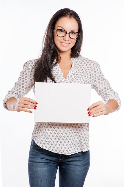Portrait de femme belle joyeuse montrant une enseigne vierge Photo Premium