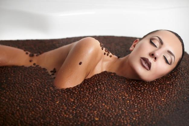 Portrait De Femme Belle Mode Dans Un Jacuzzi Avec Café. Soin Du Corps. Maquillage Lumineux Photo gratuit
