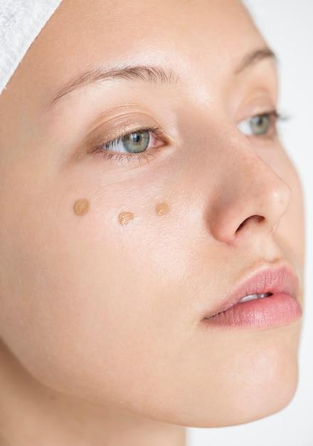 Portrait de femme blanche faisant sa routine de maquillage quotidienne Photo gratuit