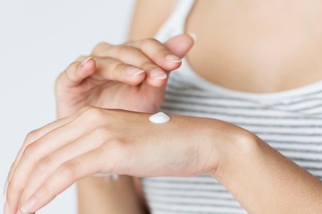 Portrait de femme blanche faisant sa routine quotidienne de soins de la peau Photo gratuit