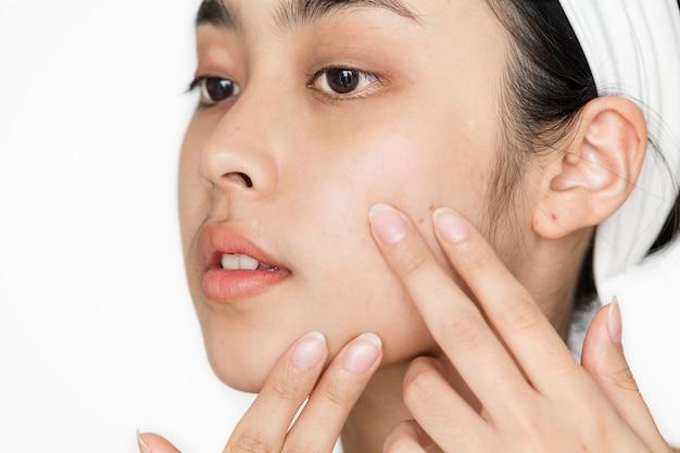 Portrait de femme blanche faisant sa routine quotidienne de soins de la peau Photo Premium