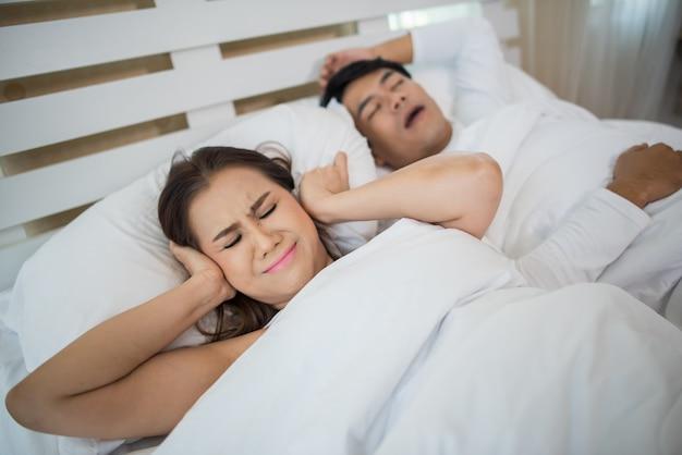 Portrait, femme, blocage, oreilles, homme, dormir, ronflement, lit Photo gratuit