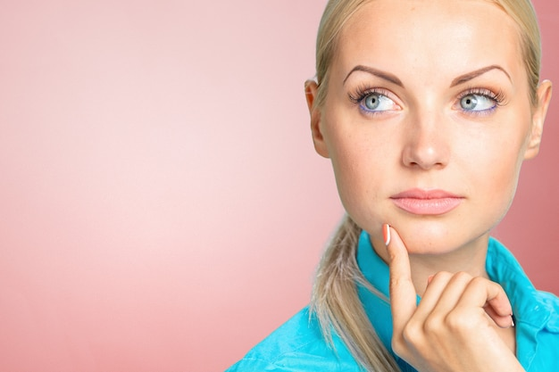 Portrait de femme blonde pensif pensif Photo Premium