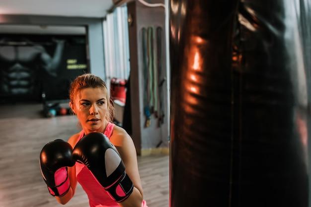 Portrait de femme blonde qui s'entraîne dans une salle de sport. Photo Premium