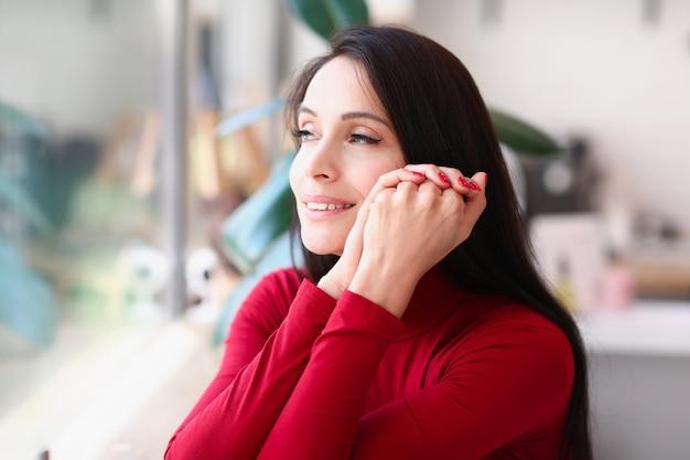 Portrait De Femme Brune Souriante Avec Des Ongles Rouges Photo Premium