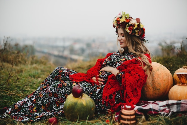 Portrait de femme charmante femme enceinte en robe longue et rouge s Photo gratuit
