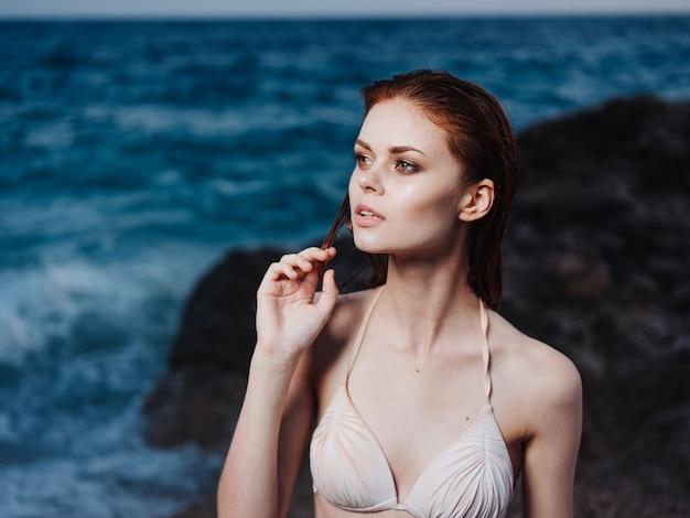 Portrait De Femme Charmante Modèle De Maillot De Bain Blanc Et Plage De Mousse Blanche Mer Bleue. Photo De Haute Qualité Photo Premium