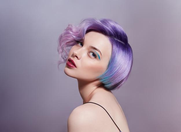 Portrait D'une Femme Avec Des Cheveux Volants De Couleurs Vives, Toutes Les Nuances De Violet. Photo Premium