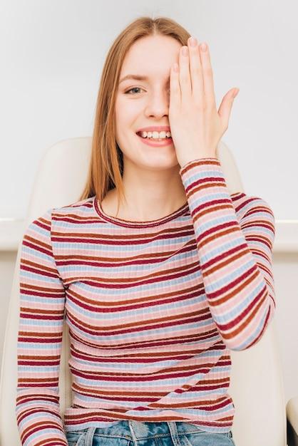 Portrait de femme chez l'optométriste Photo gratuit