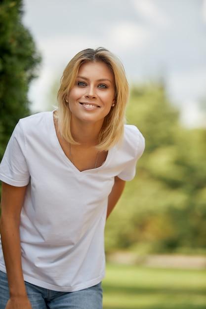 Portrait D'une Femme, Closeup Portrait Of A Nice Female Looking At Camera.concept Woman Lifestyle, Happy Happy Summer Vacation. Photo Premium